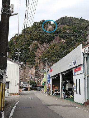 断崖の際に建つ神倉神社