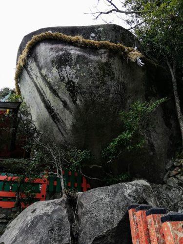 御神体の巨岩・ゴトビキ岩